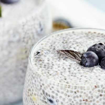 chia pudding con mangos y blueberries